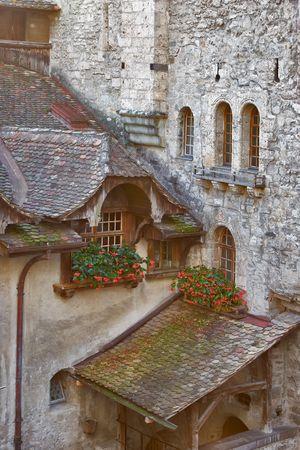 siervo: Un tribunal de siervo y las paredes decoradas por flores en macetas