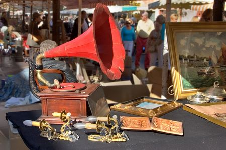 tune: An ancient record player in the market of antiques.