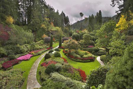 Incroyablement beau et pittoresque jardin de promenades et de la supervision des fleurs et des arbres