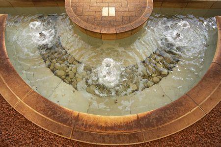sanctity: Charming insieme architettonico in giardini Bahai: indagine a terra da un marmo rosso e una graziosa fontana Archivio Fotografico