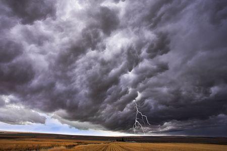 thundercloud: Il thundercloud e fulmini sopra pianura sconfinata in stato di Idaho. Altre immagini dalla magnifica americani e canadesi parchi nazionali � possibile guardare centinaia nel mio portafoglio. Benvenuto! Archivio Fotografico