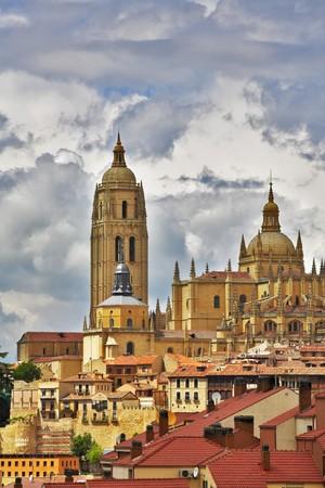 sanctity: Cattedrale di Segovia su uno sfondo di cielo poco nuvoloso
