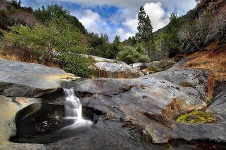cours d eau: Un s�chage de cours d'eau en pierre de rivi�re de montagne dans le parc national Sequoyah, Californie