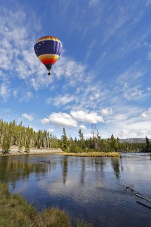 De pittoreske veelkleurig ballon vliegt boven koude noordelijke lake