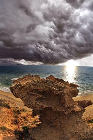 thundercloud: Thundercloud enorme sopra il mare. Un tramonto