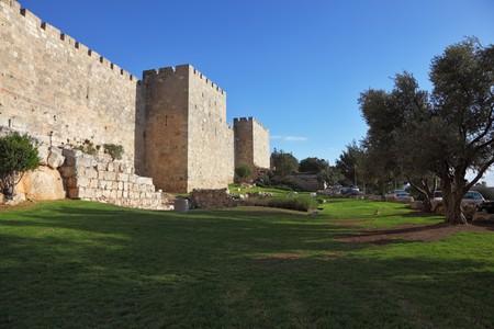 Walls of ancient Jerusalem. Serene autumn day, a sunset Standard-Bild