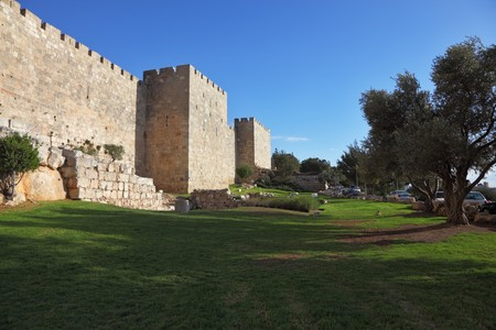 Walls of ancient Jerusalem. Serene autumn day, a sunset Фото со стока