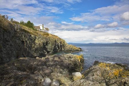 breakage: La casa de la ruptura abrupta en la costa del paso de la isla de Vancouver