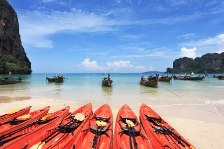 Red modern boats- canoes and boats classic Longtail awaiting tourists. Thailand, the southern islands Standard-Bild
