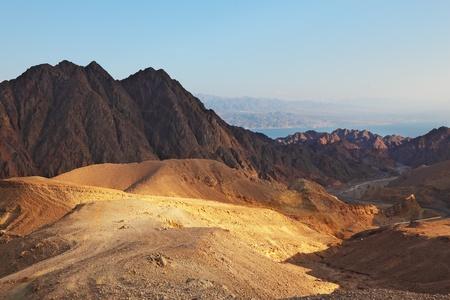 monte sinai: Temprano en la mañana en las montañas antiguas del desierto del Sinaí Salida del sol sobre el mar Rojo Foto de archivo