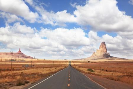 route desert: Magnifique route am�ricaine. Monument Valley dans l'Utah par une journ�e nuageuse vent