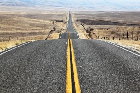 道は無限の砂漠を渡る距離完全に滑らかな高速道路を行く