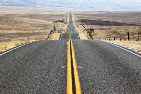 autopista: El camino sigue la carretera distancia perfectamente lisa a trav�s del desierto sin fin Foto de archivo