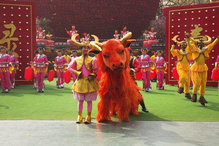 folk culture: Actuaci�n de baile con trajes pintorescos conjunto en la celebraci�n de los chinos del A�o Nuevo de China Folk Culture Villages, Desfile del A�o Nuevo Chino, Shenzhen, China, 22 01 09 Editorial