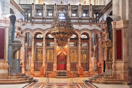 sepulcher: Huge beautifully decorated hall in front of the Edicule  In the center is a stone vase -  the navel of the earth  and the ballot box for  Church of the Holy Sepulcher in Jerusalem
