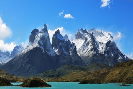 pain�: Epica bellezza del paesaggio - il Parco Nazionale Torres del Paine in Cile meridionale Scogliere di Los Kuernos a freddo ventoso giorno d'estate