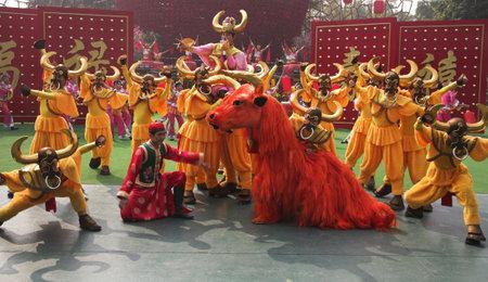 folk culture: Performance de danza conjunto con trajes pintorescos en la celebraci�n del A�o Nuevo Chino Una eficaces etapa final de China Folk Culture Villages, desfile chino del A�o Nuevo, Shenzhen, China, 22 01 09 Editorial