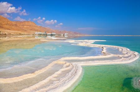 israeli: Costa israel� del Mar Muerto. La ruta de la sal se queja pintorescamente en agua salada. Los hoteles est�n reflejadas en aguas tranquilas en tierra