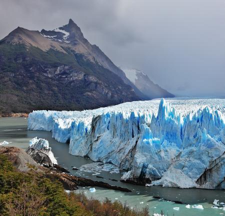 los glaciares: Colossal ghiacciaio Perito Moreno in Lago Argentino. Parco Nazionale Los Glaciares in Argentina. Giornata di sole estivo