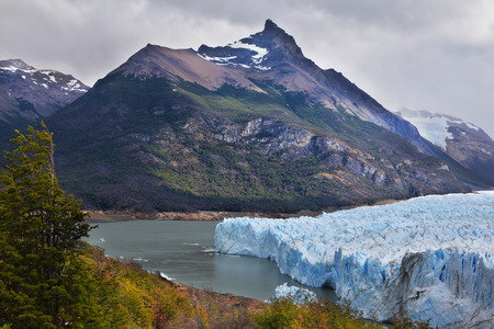 los glaciares: Colossal Perito Moreno glacier in Lake Argentino. Los Glaciares National Park in Patagonia. Wintry summer day