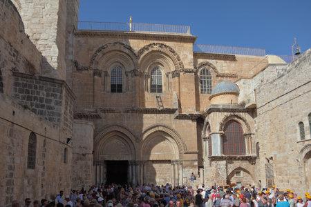 jewish quarter: JERUSALEM, OKTOBER 10: A huge crowd of tourists and worshipers trying to enter the gates December 10, 2010 in Jerusalem, Israel