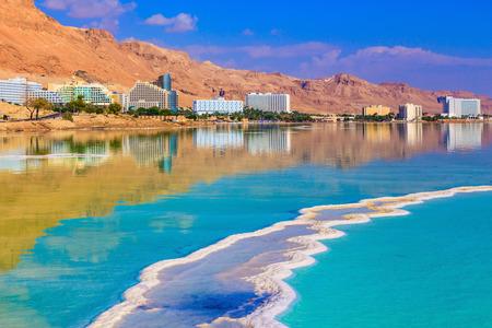 Das verdampfte Salz wirkt über eine Wasseroberfläche schönen Mustern. Abnahme der Wasserspiegel in dem Toten Meer