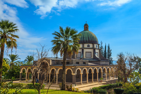 sermon: The dome of basilica is surrounded by a gallery with columns. Church Sermon on the Mount - Mount of Beatitudes. Subtle shade of palms and cypresses Stock Photo