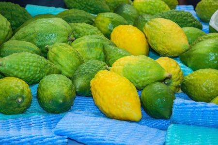 sukkot: Funeral citron fruit - Etrog predisposto per la vendita. La pre-mercato il Sukkot. Autunno festa ebraica di Gerusalemme
