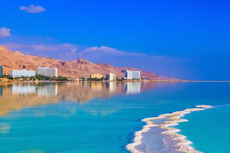 Die Untiefen Toten Meer an der Küste von Israel. Smaragd Wasser des Toten Meeres Standard-Bild