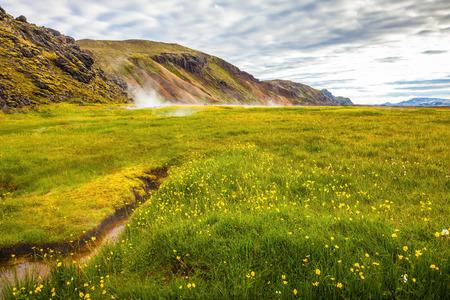 source d eau: Sunrise Park Landmannalaugar. L'eau chaude de la source d'eau thermale. Nuits blanches en Islande
