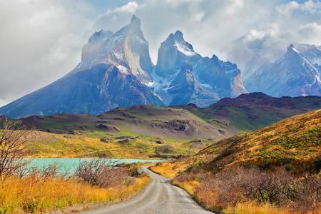 Sommertag im Nationalpark Torres del Paine, Patagonien, Chile. Majestätische Gipfel von Los Kuernos über den See Pehoe