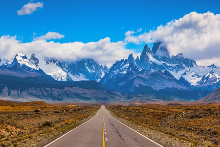 desierto: El camino a través del desierto. La carretera atraviesa la Patagonia y conduce a los cerros Fitz Roy