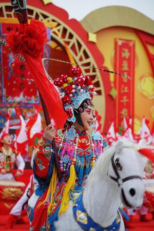 niñas chinas: El Año Nuevo chino. Un concierto de colores brillantes del conjunto del baile folclore. La hermosa bailarina representa el jinete parque del océano, Año Nuevo chino, Gong Kong, China, 240109 Editorial