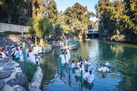 battesimo: Yardenit, ISRAELE - 21 gennaio, 2012: pellegrini cristiani entrare nelle acque del fiume Giordano. Fanno cerimonia del battesimo in onore del battesimo di Gesù Cristo qui