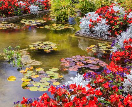 Charmant parc paysager et floral Butchart Gardens sur l'île de Vancouver. Petit étang, envahi par les fleurs