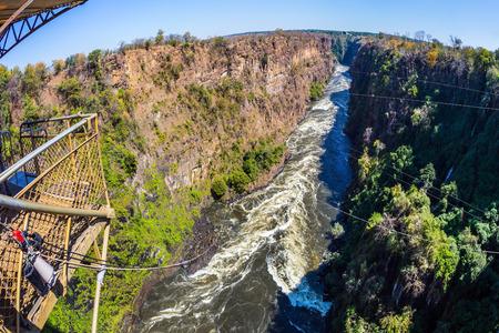 bungee jumping: La famosa Victoria Falls en Zambia. Puenting desde un puente cerca de la cascada