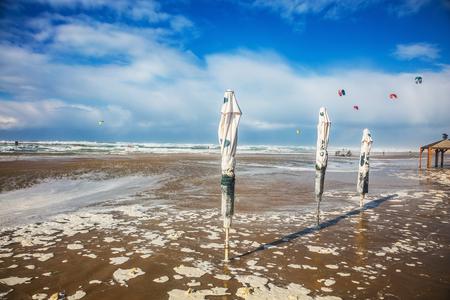 windsurf: La playa de Tel Aviv está lleno de gran alcance de surf. Kitesurfer cabalgando sobre las olas grandes y peligrosas. tormenta de invierno en el Mar Mediterráneo. 1 de enero de, el año 2016