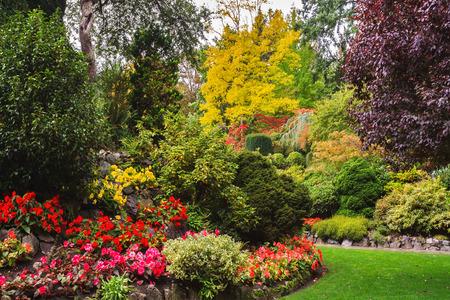 ブッチャート ガーデン - バンクーバー島の庭園。色とりどりの花や観光客のための散歩道の花壇。公園の建築の有名な傑作