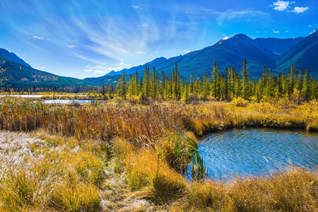 día soleado magnífico en los lagos Vermilion. Concepto de ecoturismo. La provincia canadiense de Alberta, las Montañas Rocosas, Banff