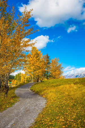 canmore: The concept of hiking. Path around the lake. Autumn in Canmore, near Banffl Park Stock Photo