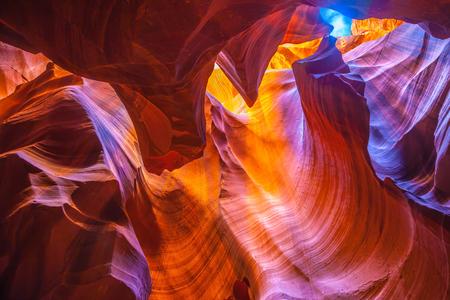 アリゾナ州、米国。明るいオレンジと赤の色の粘土には、楽しい魔法の光が覆われています。アッパー アンテロープキャニオンはナバホ居留地の