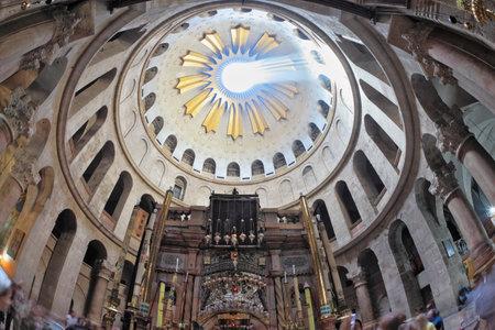 壮大なアーチ型は聖墳墓のホールで天井します。太陽の光は中央の円形の穴を貫通します。