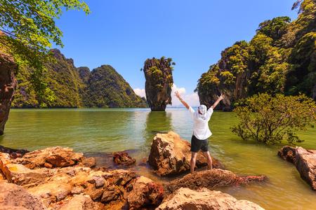 vómito: Vacaciones exóticas en Tailandia. Entusiasta turista lanzó sus manos hacia arriba