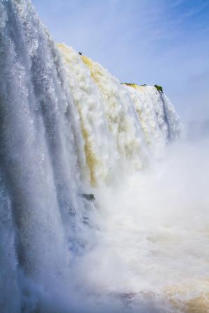 幻想的な活発なイグアスの滝。イグアスの滝ブラジル、アルゼンチン、パラグアイの国境に。アクティブな観光の概念