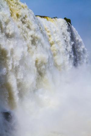 水の飛散やブラジル、アルゼンチン、パラグアイの国境にイグアスの滝を覆う霧。アクティブな観光の概念