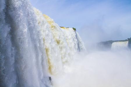 有名なイグアスの滝。イグアスの滝をブラジル、アルゼンチン、パラグアイの国境に水の霧。アクティブな観光の概念