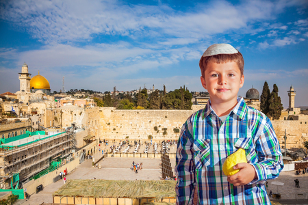 jewish: Autumn holiday Sukkot. The greatest shrine of Judaism. The Western Wall of the Temple is preparing for evening prayer Stock Photo