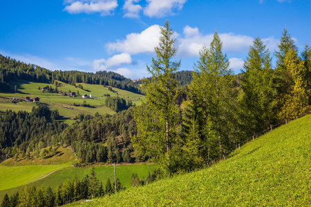 turismo ecologico: Granja en Dolomitas, Valle de Val de Funes. Pintorescos prados alpinos verdes del valle