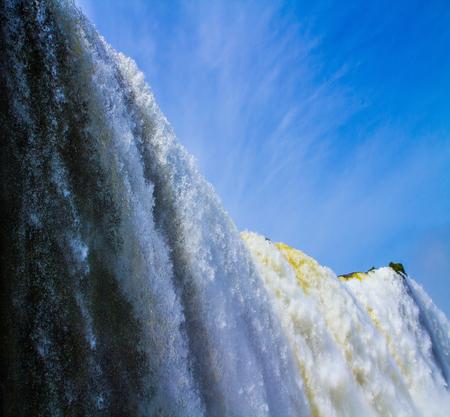 アメリカでは、2 つの国の国境でイグアスの滝: ブラジルとアルゼンチン。水の世界。アクティブな観光の概念