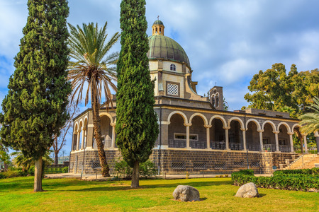 Israel, the shores of Lake Kinneret. Catholic monastery and a small church Mount of Beatitudes. Beautiful park of cypress and palm trees Banco de Imagens
